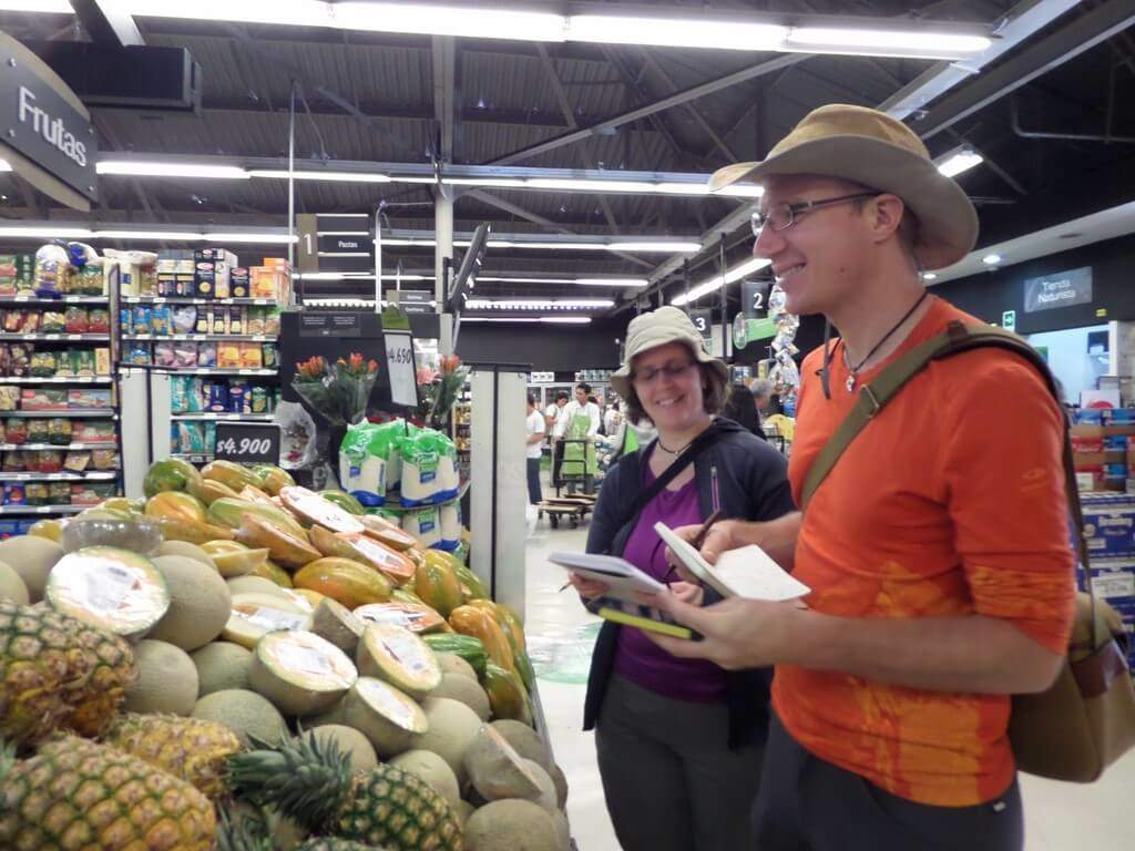 two students at a Class at the supermarket - Smart Spanish
