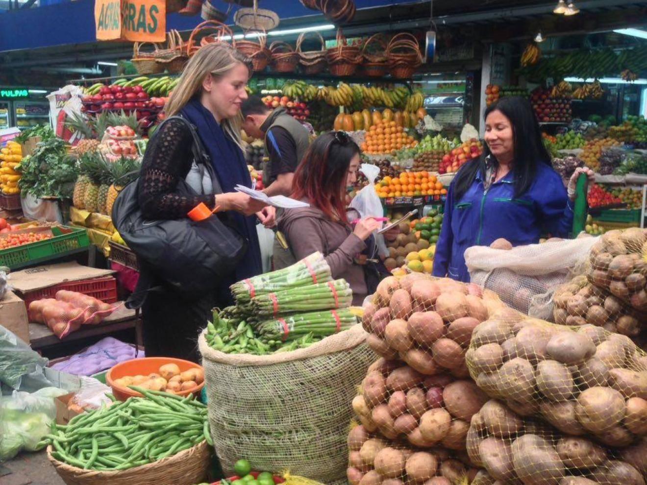 Regatear on a market
